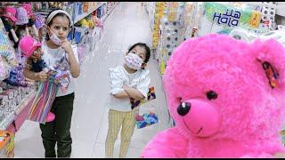 انجنوا في محل الألعاب مع الدبدوب الوردي