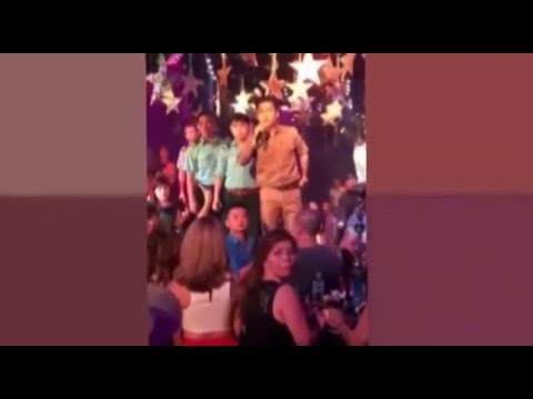 Tuấn Hưng đòi đánh nhau với khán giả ném ly lên sân khấu