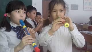Уроки музыки в школе. Играем на дудочках.