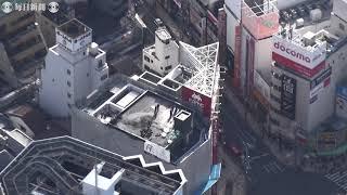 空撮・大阪・なんばのビル屋上で火災 朝の繁華街、一時騒然