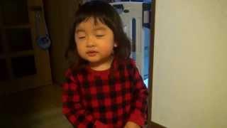 うれしいひなまつりの歌を歌う2歳児。