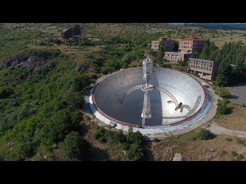 Заброшенный гигантский радиотелескоп советских времён спрятался в горах Армении
