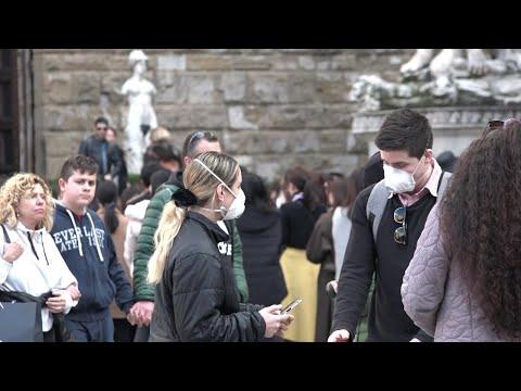 Coronavirus, primo contagio a Firenze: turisti in centro tra selfie e mascherine