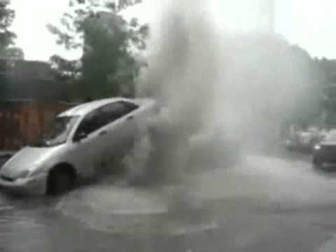 Montreal Canada Street's Manhole Erupts Durning a Strom - Like a Geyser