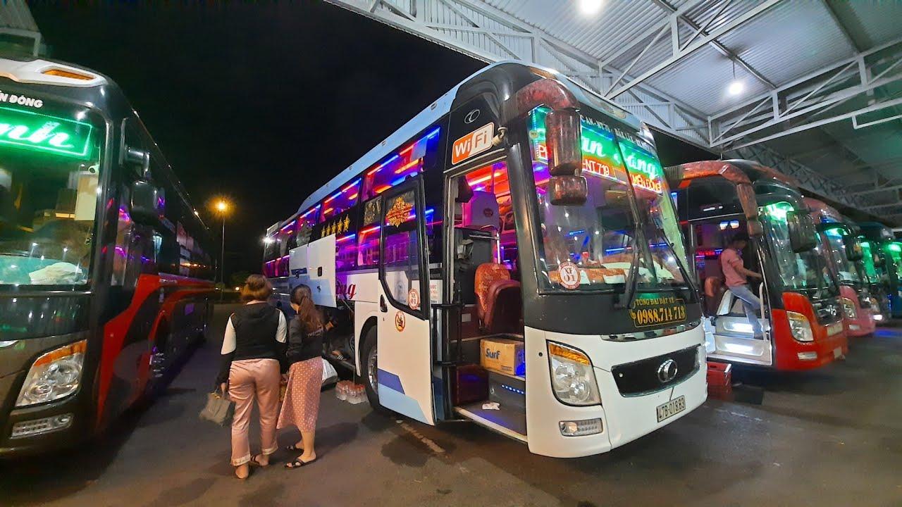 Xe khách ra vào bến buổi tối tại bến xe phía nam BMT sau khi hết lệnh cấm xe