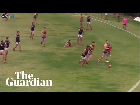 Pánico ao coarse unha nena nun partido de fútbol australiano