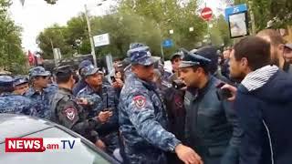 Մաշտոցի պողոտայում ոստիկանները վնասում են կին ցուցարարի մեքենան