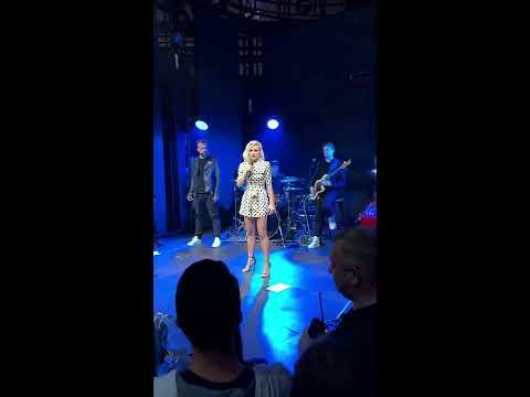 LIVE: Полину Гагарину не отпустили со сцены, пока она не спела «Кукушку»!