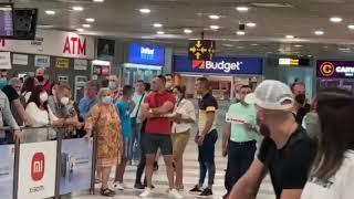 TANJA SAVIĆ SA DECOM KONAČNO SLETELA U SRBIJU: PEVAČICU NA AERODROMU ČEKAJU BRAT I SESTRA!