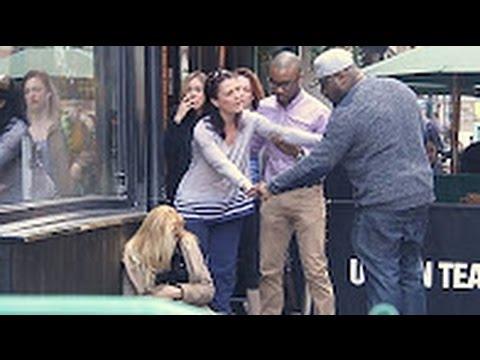 شاهد قبل الحذف شاب يعتدي على فتاة أمام أعين الناس