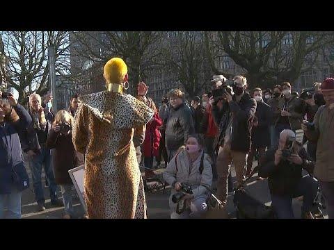 شاهد: عاملات الجنس الهولنديات يتظاهرن لمطالبة الحكومة بالسماح لهن بالعودة إلى العمل…