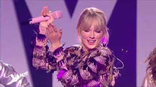 """Taylor Swift performs """"Shake it off"""" at france"""