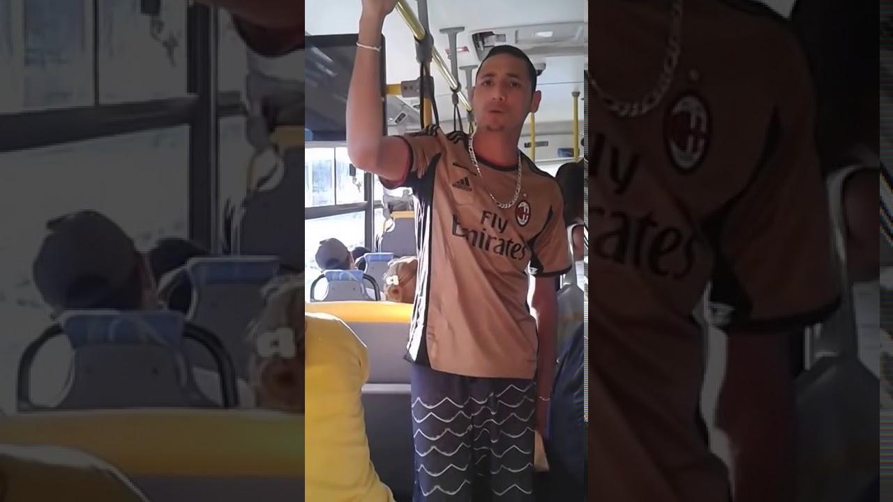 Jovem Pregando No Ônibus