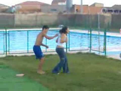 Duelo en hombros doovi for Piscinas de monzon