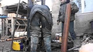 Обсадка скважины стальной трубой.