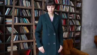 двубортное темно-зеленое пальто