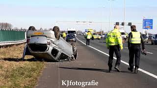 Twee gewonden en auto over de kop bij flinke aanrijding