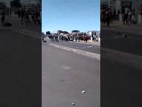 Rioters in Cape Town gugs loot shops and pick a pay
