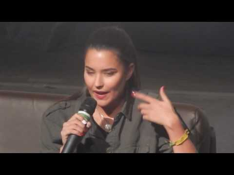 Rhiannon talking about Ontari's scarifications and tattoos at DDCon - The 100 - Brasil