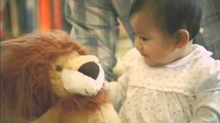 仲良くなりたい犬とライオンのぬいぐるみが大好きな赤ちゃん 仲を取り持...