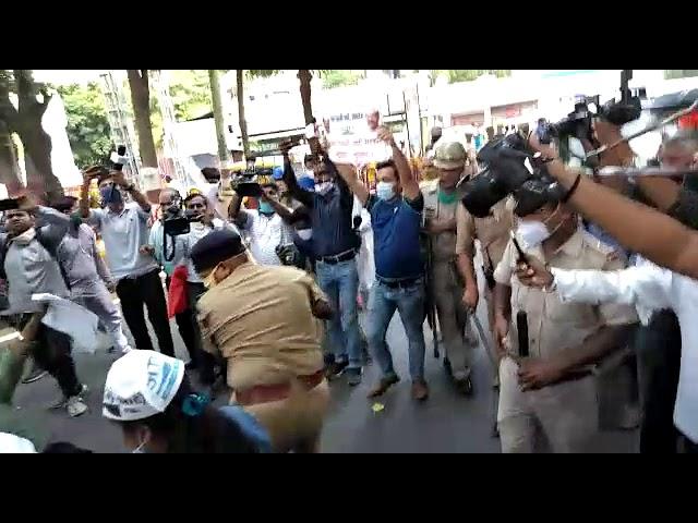 लखनऊ : आम आदमी पार्टी के कार्यकर्ताओं पर पुलिस ने जमकर भांजी लाठियां