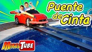 Construimos un puente de cinta para cruzar la piscina con el coche de juguete thumbnail