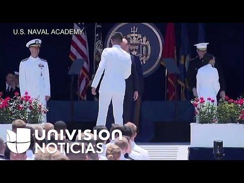 Trump ofrece el discurso de graduación en la Academia Naval de EEUU en Maryland.