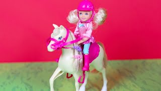 Download Video Binici Chelsea ve Küçük Atı - Barbie Bebek MP3 3GP MP4