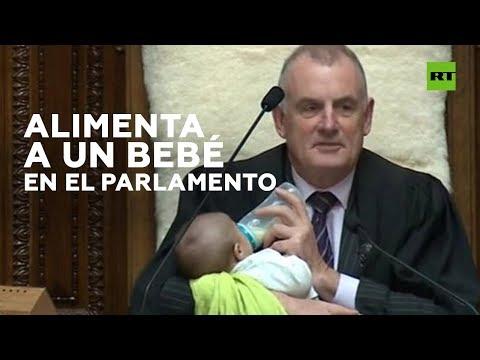 El presidente del Parlamento de Nueva Zelanda alimenta a un bebé en un pleno