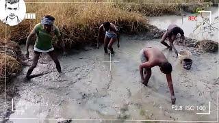 villagers fishing.(ग्रामीणों द्वारा मछली पकड़ने)..wow! gaw ke log machhali pkadte huye...