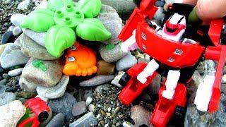 Тобот - Трансформер Z и игрушечные машинки спасают краба. Видео с игрушками