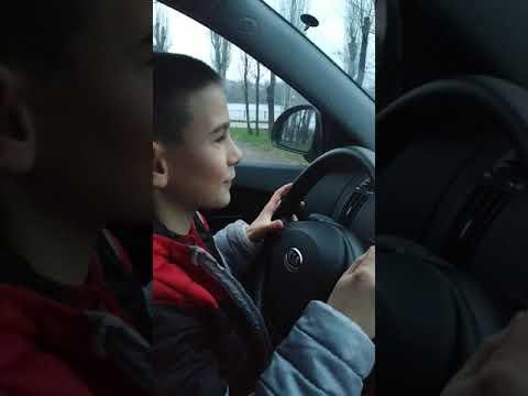 Кирилл первый раз за рулём,9 лет,на механике.