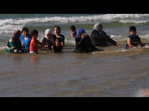 Palestinians take a holiday dip - in Israeli waters