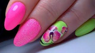 Летний маникюр с цветком. Модный дизайн ногтей с яркими тонами