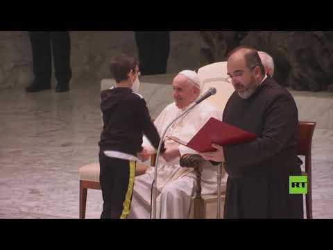 شاهد.. طفل يجذب الأنظار بطلبه قبعة البابا فرانسيس أثناء خطابه الأسبوعي
