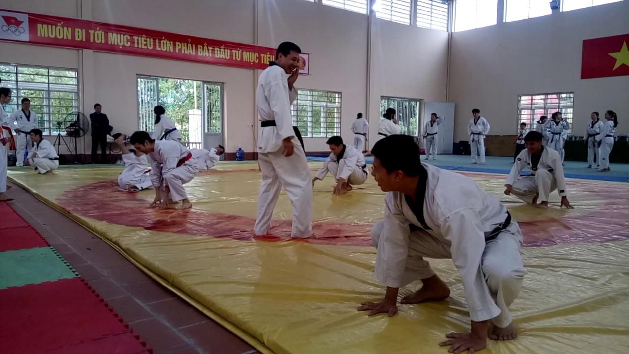 Hướng dẫn Taekwondo -Tập bổ trợ cách xoạc ép chân ngang và dọc, tăng độ dẻo cho chân- Châu Tuyết Vân