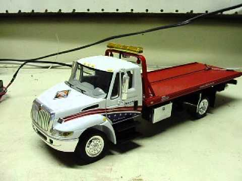 Flatbed Tow Truck >> Custom 32nd scale diecast International 4400 rollback flatbed wrecker with working lights - YouTube