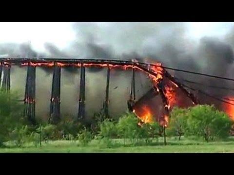 Colapso de un puente en llamas en Texas