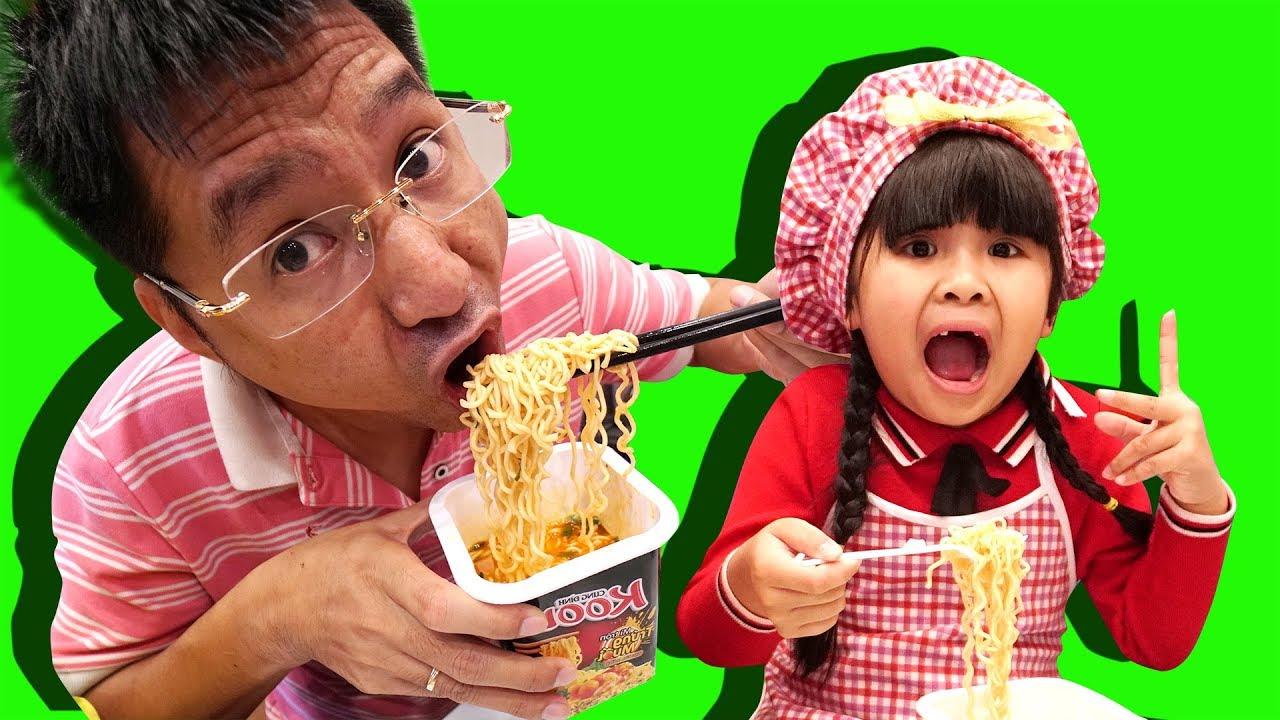 Be Bun Pretend Play Cooking w/ Kitchen Playset   Trò chơi nấu ăn Bé Bún bán mỳ tôm cho em bắp