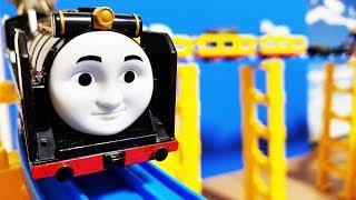 プラレール きかんしゃトーマス ヒロがたくさんの貨車を連結! アニアの動物を貨車に乗せて洗車場や曲線踏切、跳ね橋を渡るよ 坂道でじこはおこるさ! hifumitoy thumbnail