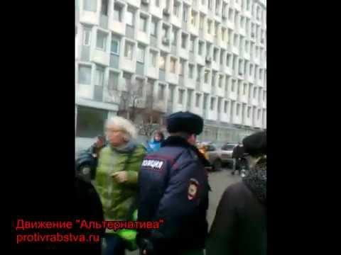 2015.11.20 Полицейские побоялись задерживать попрошайку с ребёнком возле Соборной мечети в Москве