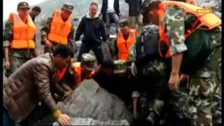 Как из под завалов в Китае достают людей