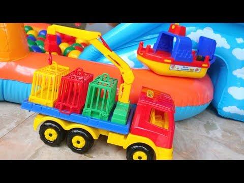 Auttaja-autot lapsille. Leikitään lasten lelulaivalla! Ajoneuvot pallomeressä.