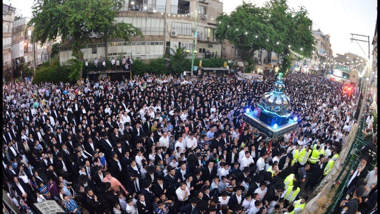 ספרי התורה שנגנבו יוחזרו בתהלוכת ענק | Thousands Celebrate the Return of Stolen Sifrei Torah