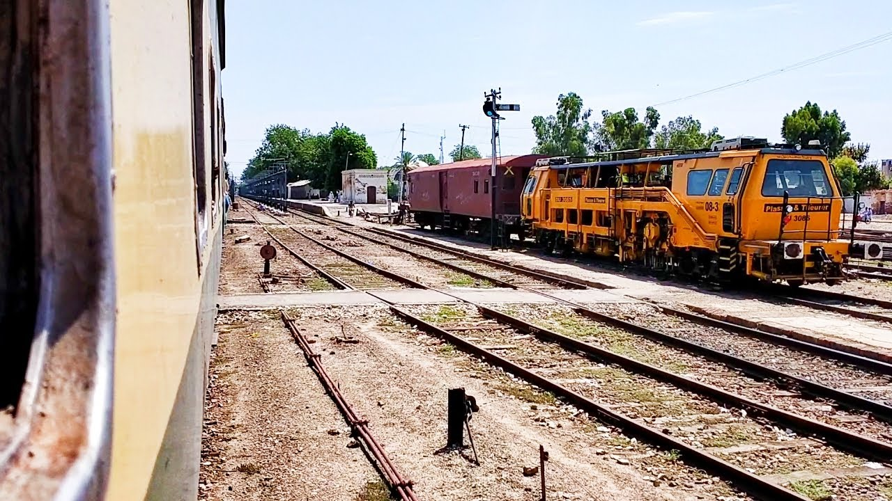 Pakistan Railways:5up Green Line crossing Samma Satta Junction