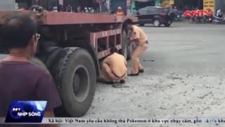 co gai mang thai chet tham duoi banh xe container