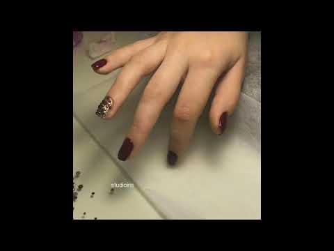 Ногти бордовые со стразами