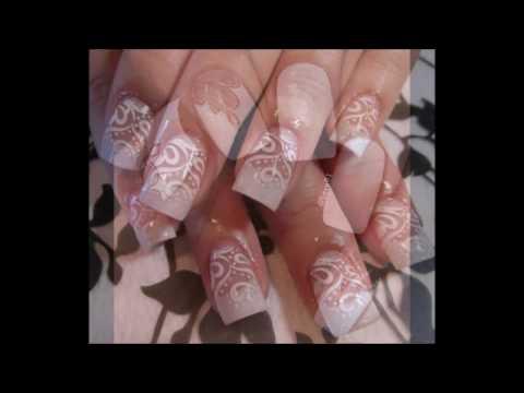 Decoración de uñas pintadas en blanco