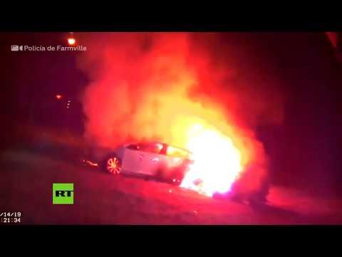 Dos policías rescatan a una mujer inconsciente de un coche en llamas