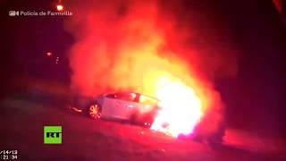 Policía rescata a una mujer inconsciente de un auto envuelto en llamas